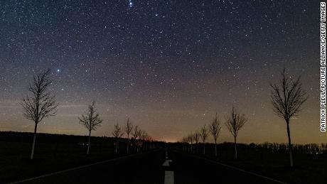 O mică porțiune din Calea Lactee poate fi văzută pe cerul nopții deasupra străzilor Falkenhagen din Brandenburg, Germania, 18 decembrie 2020.