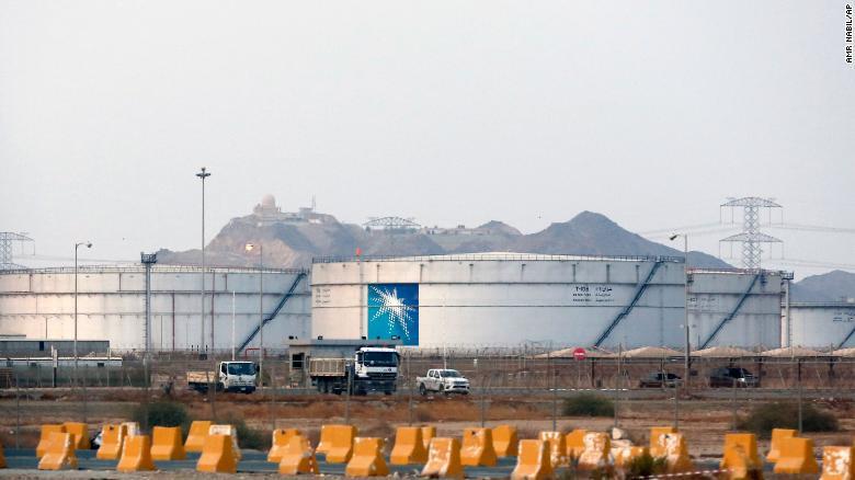 Tangki penyimpanan di fasilitas minyak Saudi Aramco ditampilkan pada September 2019.