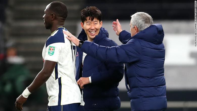 Jose Mourinho merayakan dengan dua pencetak gol Tottenham di peluit akhir.