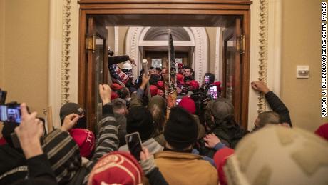 Демонстранты проходят через Капитолий США после прорыва баррикад к зданию во время акции протеста за пределами Вашингтона, округ Колумбия, США, в среду, 6 января 2021 года.
