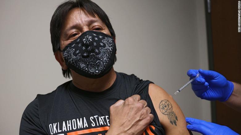 Тім Кінг, громадянин нації Черокі та вільний носій мови черокі, отримує вакцину Covid-19 у Тахлеква, штат Оклахома.