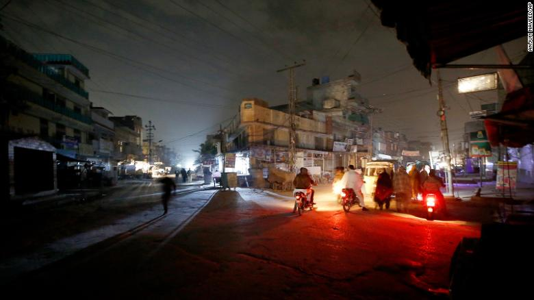 Power outage plunges Pakistan into darkness