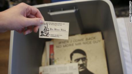 Parte del material racista reunido durante décadas por el exlíder del Ku Klux Klan, John Howard.