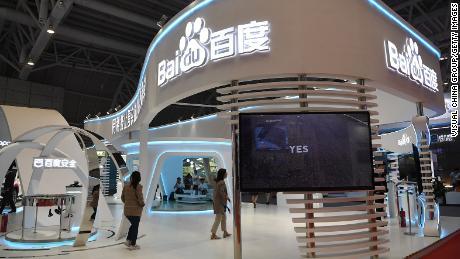 مردم در طول نمایشگاه 2019 در فوژو ، چین از غرفه بایدو بازدید می کنند.