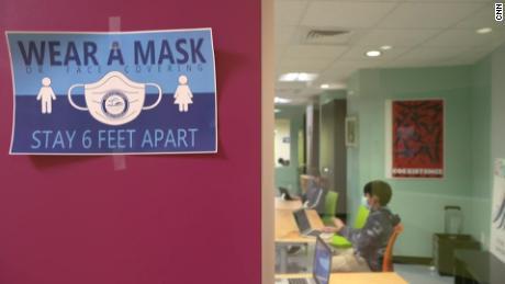 한 연구에 따르면 어린이가 숨겨져 있으면 학교에서 코로나 바이러스의 전파를 줄일 수 있습니다.