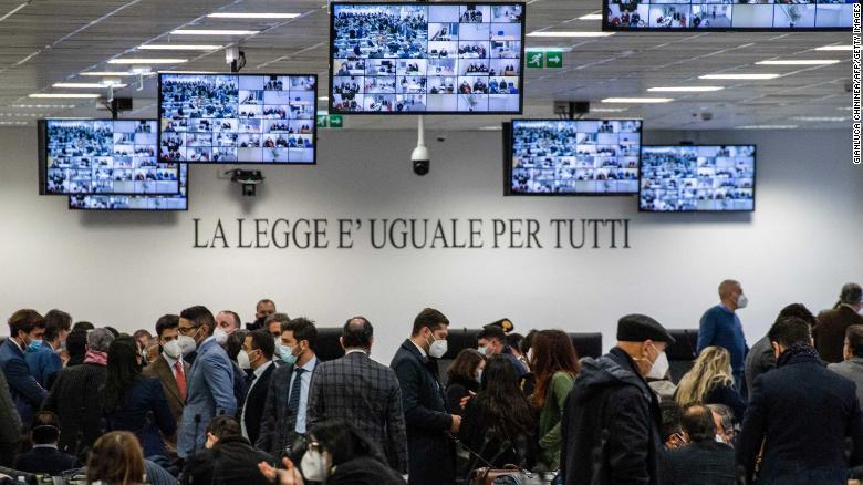 Ruang sidang khusus difoto pada 13 Januari 2021 sebelum pembukaan persidangan di Lamezia Terme, Italia.