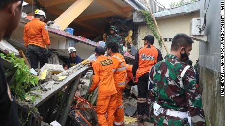 Operasi pencarian dan penyelamatan sedang berlangsung setelah gempa berkekuatan 6,2 di Sulawesi Barat, Indonesia pada hari Jumat.