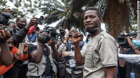 Bobi Wine berpose untuk foto setelah pemungutan suara dalam pemilihan presiden di TPS di Magere