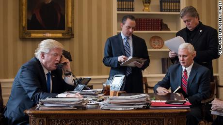 Präsident Donald Trump spricht mit dem russischen Präsidenten Wladimir Putin am 28. Januar 2017 im Oval Office des Weißen Hauses