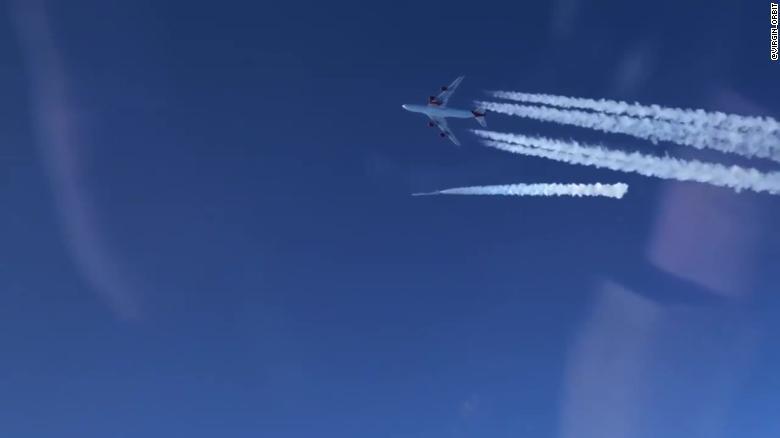 Urmăriți această lansare de rachetă de pe aripa unui jet jumbo