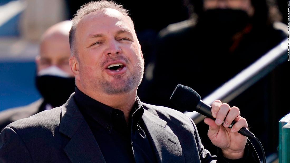 Garth Brooks sings 'Amazing Grace'