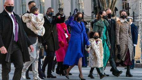 U.S. Vice President Kamala Harris holds hands with Amara Ajagu and waves while walking with her family during the 59th presidential inauguration parade in Washington, D.C., U.S., on Wednesday, Jan. 20, 2021. Photo: Jeenah Moon/Bloomberg via Getty Images