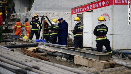 Kinesiske statsmedier rapporterte at det kan ta opptil 15 dager å nå gruvearbeiderne, som er fanget 600 meter under jorden.