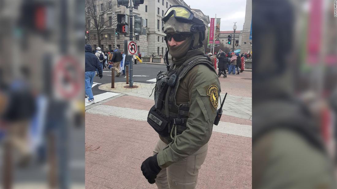 Mantan Marinir Donovan Crowl termasuk di antara mereka yang mengenakan pakaian militer di Capitol.