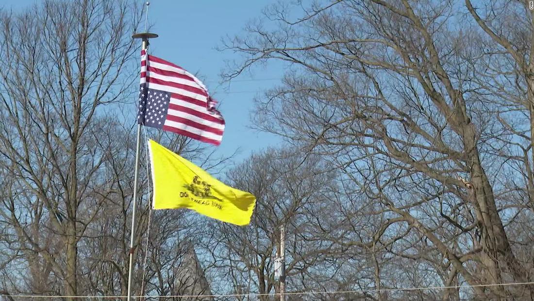 Bintang dan Garis yang terbalik dan & quot; Jangan Menginjak Saya & quot;  Bendera Gadsden menunjukkan perasaan anti-pemerintah di Woodstock, Ohio.