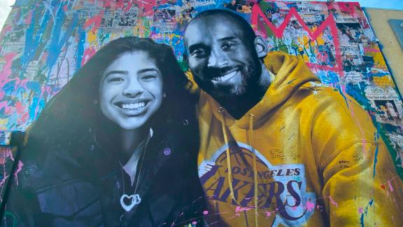 A new mural by French artist Mr. Brainwash picturing Kobe Bryant and his daughter Gigi is seen in Los Angeles on January 31, 2020. (Photo by Chris Delmas / AFP) / RESTRICTED TO EDITORIAL USE - MANDATORY MENTION OF THE ARTIST UPON PUBLICATION - TO ILLUSTRATE THE EVENT AS SPECIFIED IN THE CAPTION (Photo by CHRIS DELMAS/AFP via Getty Images)
