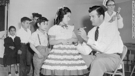 Діти в Сан-Ісідро, штат Каліфорнія, отримують вакцину Солка під час масової вакцинації в Сан-Дієго в 1955 році.