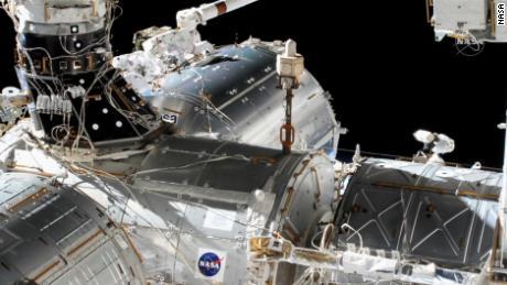Astronot NASA Victor Glover dan Mike Hopkins melakukan perjalanan ke luar angkasa pada hari Rabu