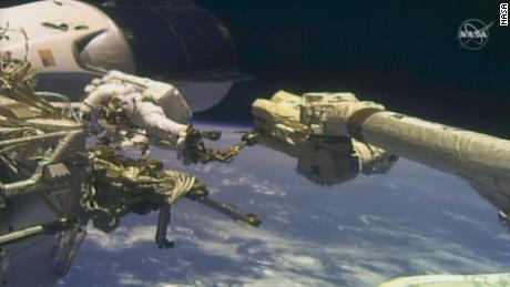 우주 비행사 마이크 홉킨스와 빅터 글로버 주니어는 1 월 27 일 수요일에 함께 첫 우주 유영을했습니다.