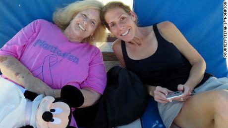 استفانی تامپسون ، راست ، و مادرش ، ساندرا