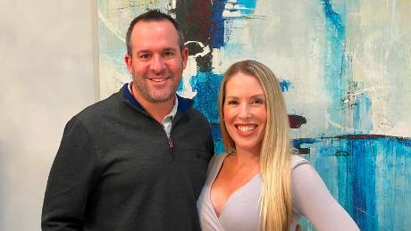 کاترین کوئیرک و راسل شوارتز پشت گروه فیس بوکی هستند که سالمندان را به انتصاب واکسن در فلوریدا مرتبط می کند