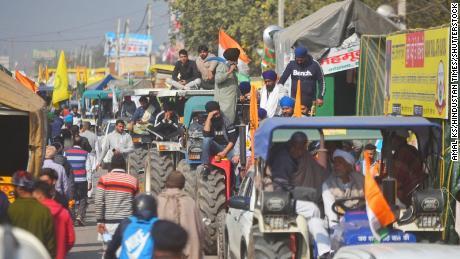 هند در حالی که معترضین با پلیس درگیر می شوند اینترنت را در اطراف دهلی نو قطع می کند