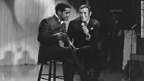 Les chanteurs américains Sammy Davis Jr. et Tony Bennett se produisent à la télévision vers 1960.