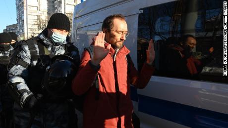 Αξιωματούχοι επιβολής του νόμου κρατούν έναν άνδρα έξω από το Δικαστήριο της Μόσχας την Τρίτη πριν από την ακρόαση του Ναβάλνι.