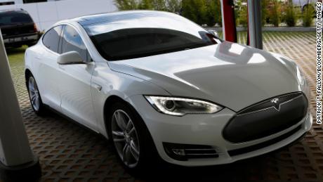 テスラは規制当局に反対した後、135,000台の自動車をリコール