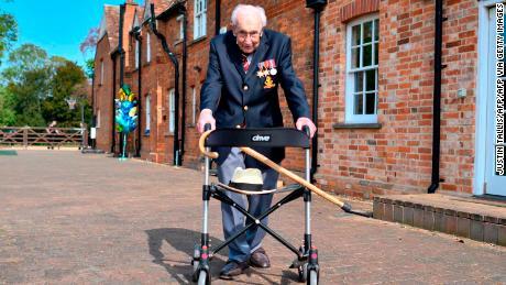 Le capitaine Tom Moore se tient debout avec un pneu de marche lors d'une visite de son parc le 16 avril 2020.