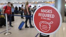 Les responsables fédéraux envisagent de prolonger le mandat du masque pour les transports en commun