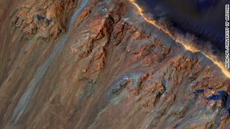 火星の地すべりは、表面の下の氷と塩が溶けて発生することがあります