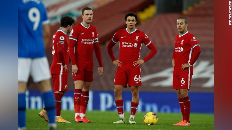Para pemain Liverpool tampak sedih setelah pemain Brighton's Steven Alzate mencetak gol pada hari Rabu.