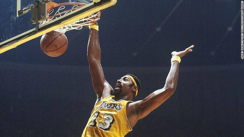 Lakers & # 39;  Wilt Chamberlain melakukan dunking melawan New York Knicks pada tahun 1970.