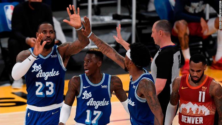 James merayakan keranjangnya dengan rekan setimnya di Lakers.