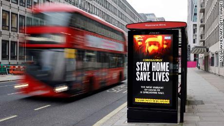 버스 정류장의 디지털 화면은 1 월 8 일 런던 중심부에서 새로운 코로나 바이러스 변종에 대해 보행자에게 경고합니다.