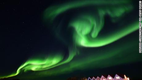 A aurora boreal ilumina o céu noturno na Islândia.