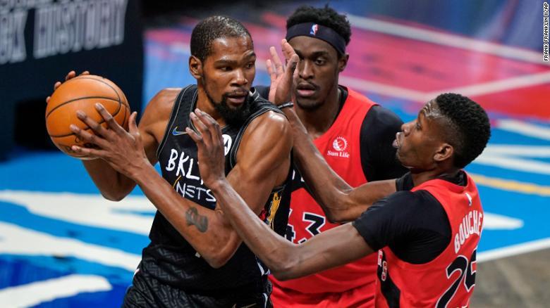 The Raptors & # 39;  Pascal Siakam dan Chris Boucher bertahan melawan Durant.