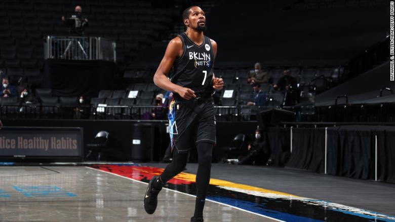 Durant berlari di luar lapangan selama pertandingan melawan Toronto Raptors.