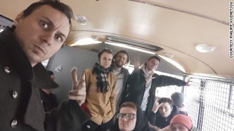 В Москве и Санкт-Петербурге из центров содержания под стражей быстро эвакуировали, заставляя заключенных часами ждать в автобусах без предметов первой необходимости.