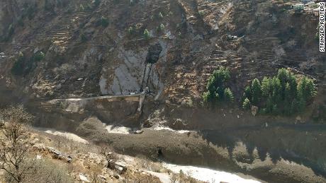 히말라야 산맥의 빙하가 무너져 충돌 한 후 북부 우타 라칸 드주의 르네 착 라타 마을에서 파괴 된 댐의 사진.