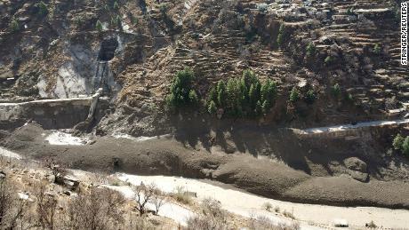 최소 600 명의 군대와 인도-티베트 국경 경찰이 구조 작업을 지원하고 있습니다.