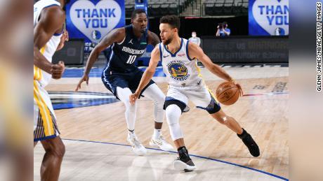 Curry dribbles the ball against the Dallas Mavericks.