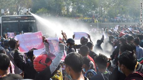 2021年2月8日ネピドーで開かれた軍事クーデターに反対するデモで警察の車がデモ隊を解散するために放水銃を発射しました。