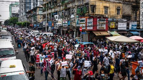 デモ隊は、2021年2月8日、ミャンマーヤンゴンからの距離を行進します。
