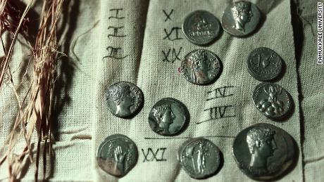 Oltre 650 monete d'argento romane trovate in una brocca in Turchia