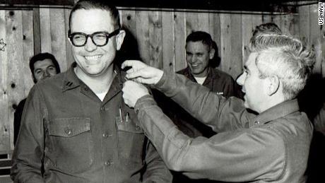 Grisham, a sinistra, è stato promosso tenente mentre prestava servizio in Antartide.