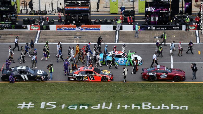 Pengemudi NASCAR mendorong Chevrolet Victory Junction # 43, yang dikendarai oleh Bubba Wallace, ke depan grid sebagai tanda solidaritas dengan pengemudi sebelum NASCAR Cup Series GEICO 500 di Talladega Superspeedway pada 22 Juni 2020 di Talladega, Alabama.