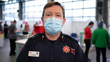 Hempšīras apgabala ugunsdzēsēju virsnieka vietnieks Stīvs Aptere vada ugunsdzēsēju komandu, kuri tagad ir vakcinēti.