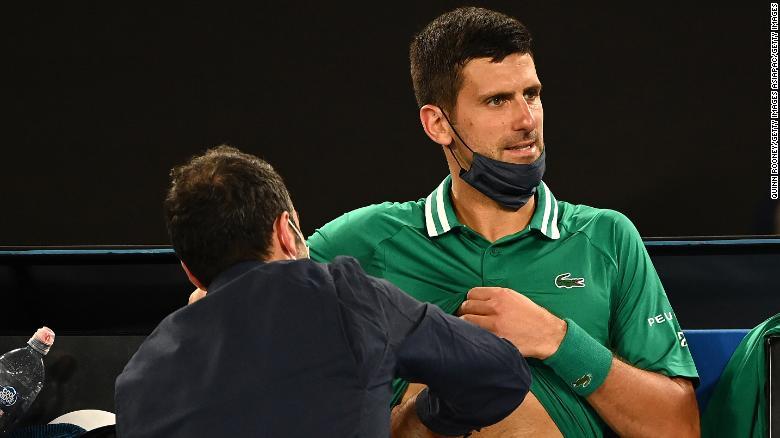 Djokovic menerima perawatan selama pertandingan ronde ketiganya.